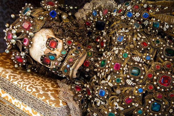 罗马土豪墓葬群出土 浑身金银珠宝