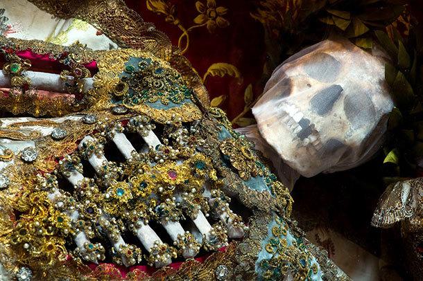 罗马出图土豪墓葬群 浑身金银珠宝