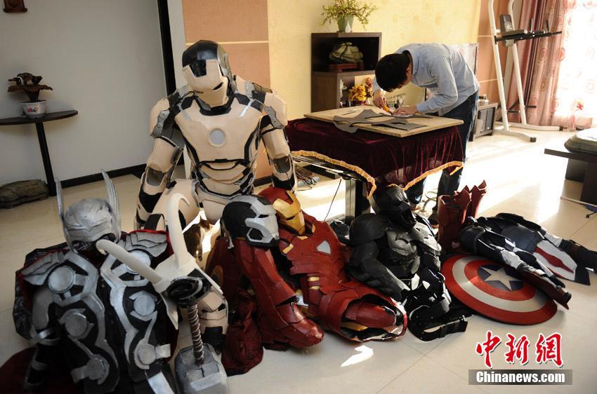 祖秉群有个习惯当他在制作服装时喜欢将他所有的英雄模型...