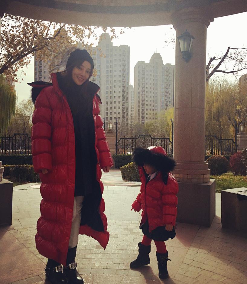 李小璐穿母女装开家长会 甜馨穿校服帅气十足