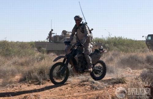 资料图:美军士兵乘越野摩托训练