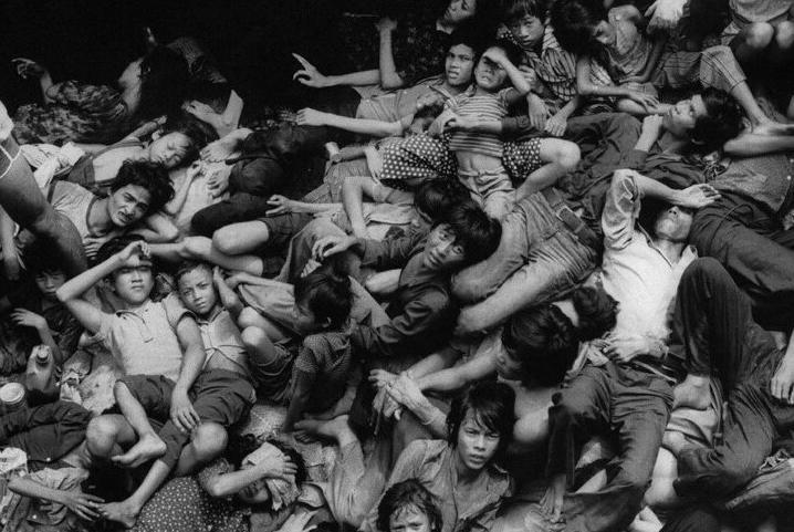 """11月底,邯郸的曲周、广平、馆陶、肥乡等县上百名""""洋媳妇""""集体失踪,在冀南大地引起轰动。事实上,越南""""买妻""""有其历史原因。1975年4月,南越政权倒台,数百万生活在越南南方的普通百姓,背井离乡,展开大逃亡,这股难民潮一直持续到21世纪初,大约十万人丧生在逃难途中。"""