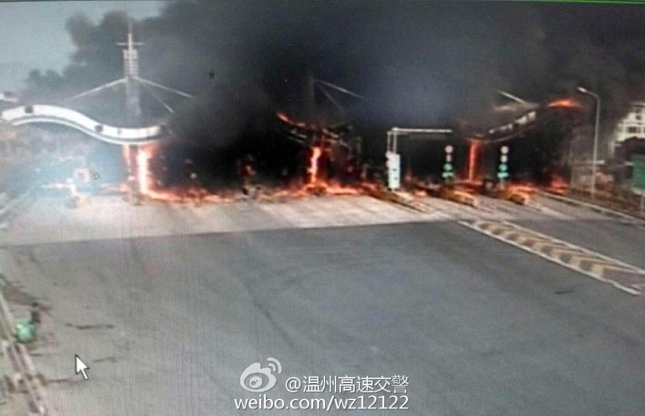 浙江常山货车起火引燃高速收费站