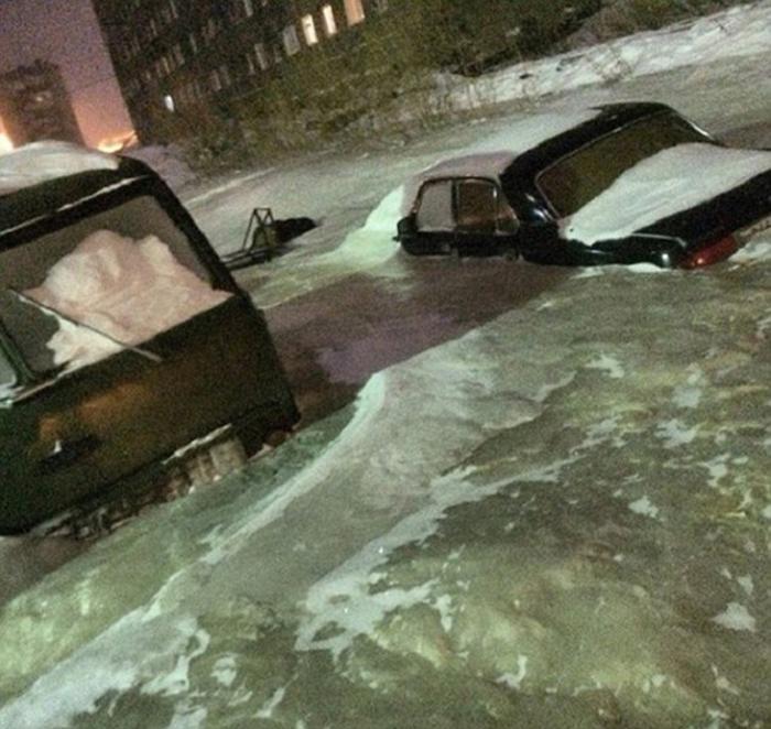 俄罗斯一城市水管爆裂 严寒中瞬间冰冻结冰