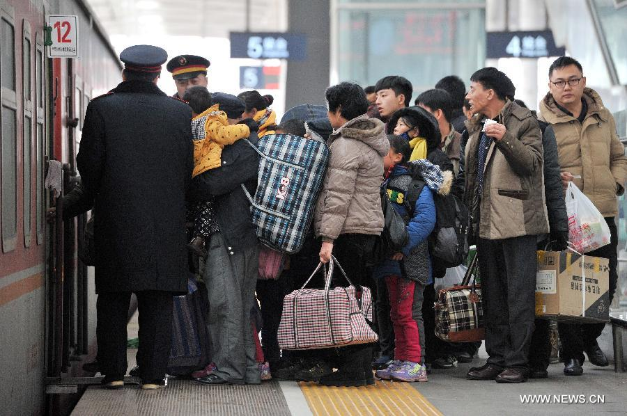 As the Spring Festival is drawing near, the number of passengers travelling home reached the peak.