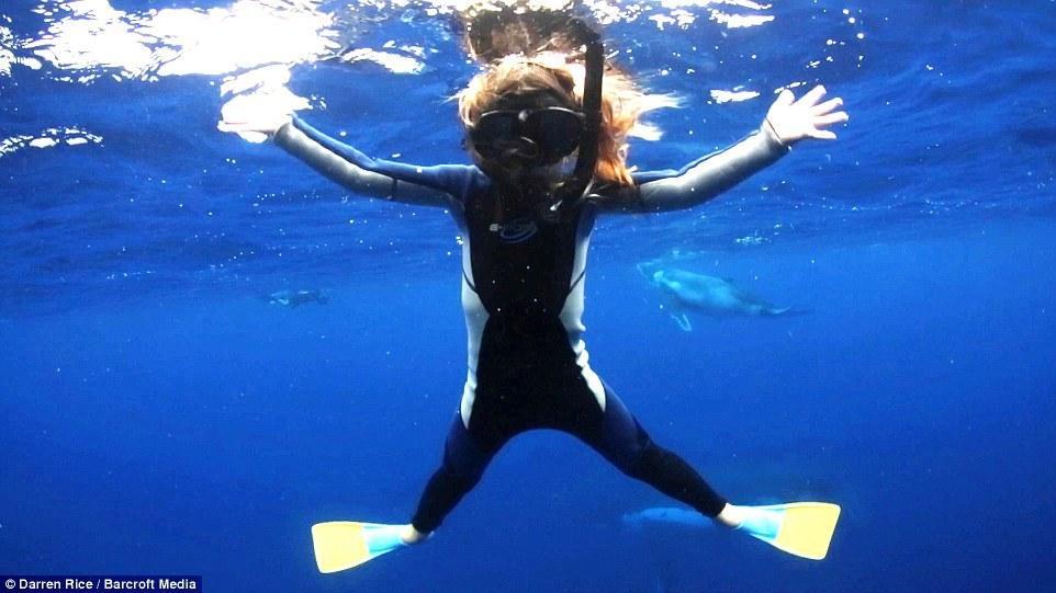 摄影师带3名孩子与40吨鲸鱼同游【7】