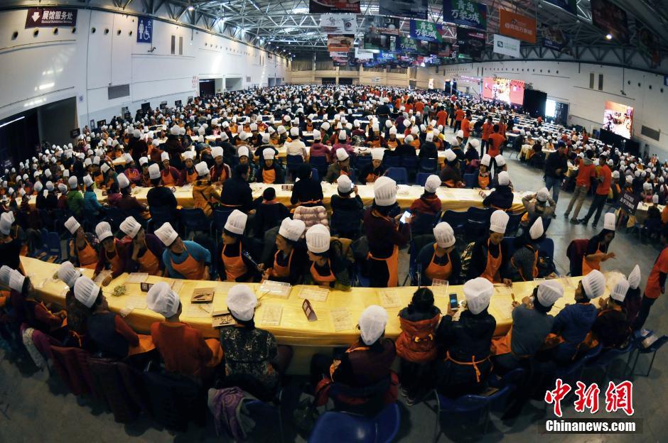 青岛:3687人同时包饺子打破吉尼斯纪录