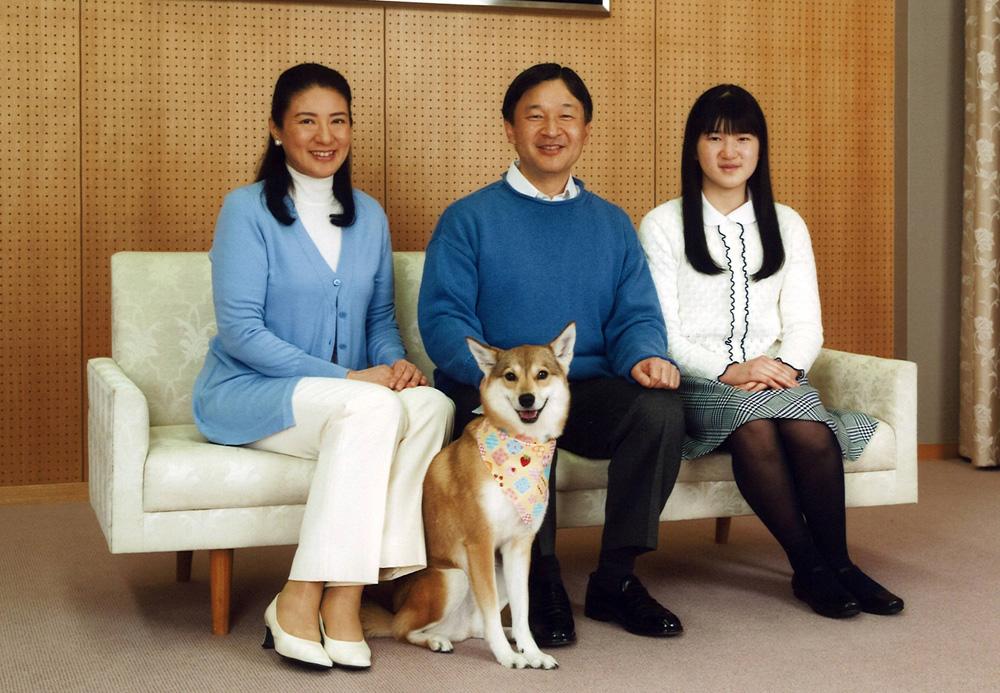 日本皇太子德仁(中)与妻子雅子(左)及长女爱子11日在住处研宫合照 图片来自路透社