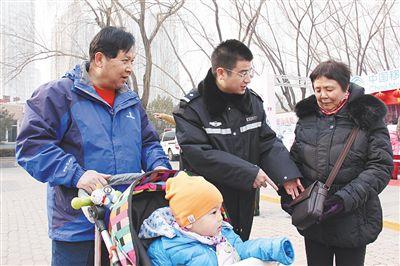 朝阳国际风情节,周小勇(中)提醒老人注意安全。朝阳公安分局供图