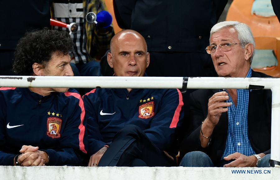 Marcello Lippi (1st R), executive head coach of Guangzhou Evergrade, chats during the AFC Champions League football match against Seoul FC in Guangzhou, China, on Feb. 25, 2015.