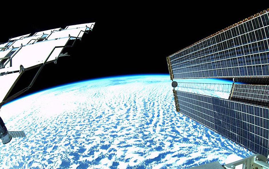 宇航员工作不忘自拍 对比图展示空间站庞大身躯【4】