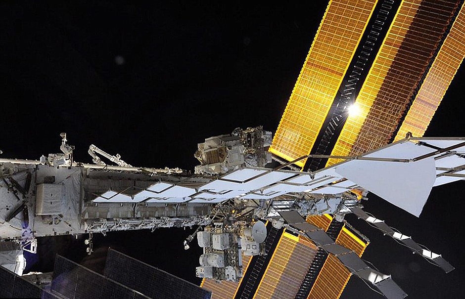 宇航员工作不忘自拍 对比图展示空间站庞大身躯