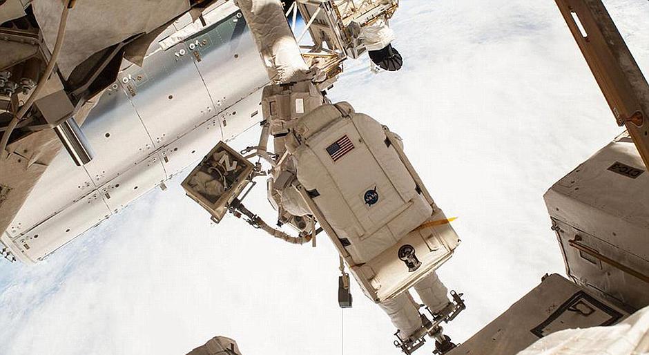 宇航员工作不忘自拍 对比图展示空间站庞大身躯【7】