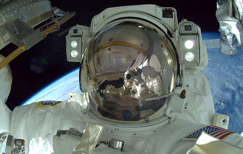 宇航员工作不忘自拍 对比图展示空间站庞大身躯【3】