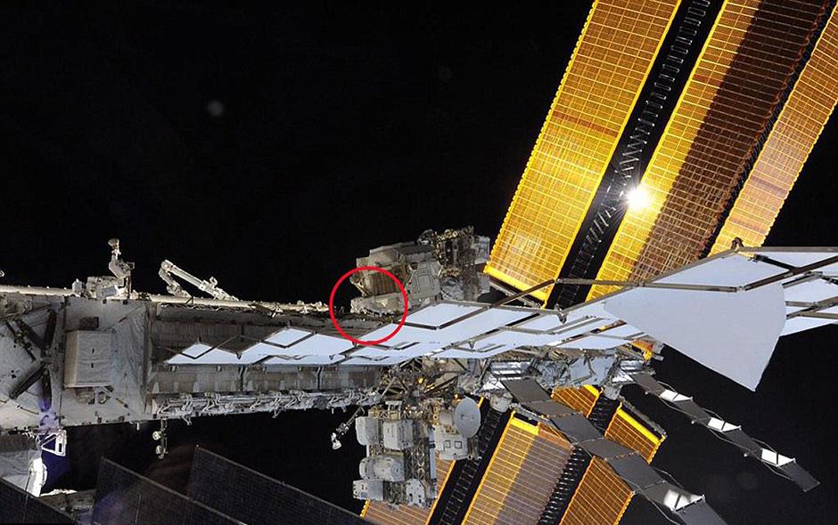 宇航员工作不忘自拍 对比图展示空间站庞大身躯【2】