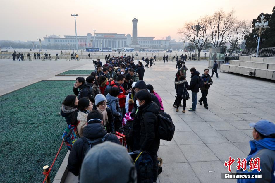 图为媒体记者排队入场。中新网记者 金硕 摄