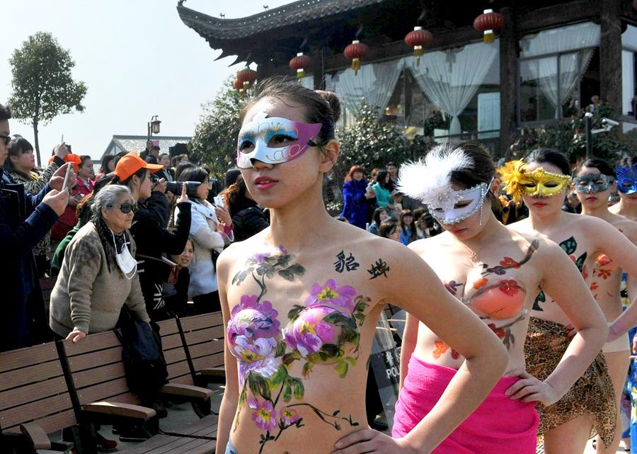合肥首届樱花节上演人体樱花彩绘
