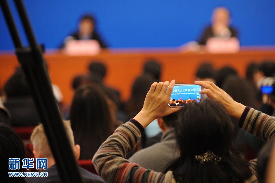 国务院总理李克强答中外记者问:记者用手机拍照
