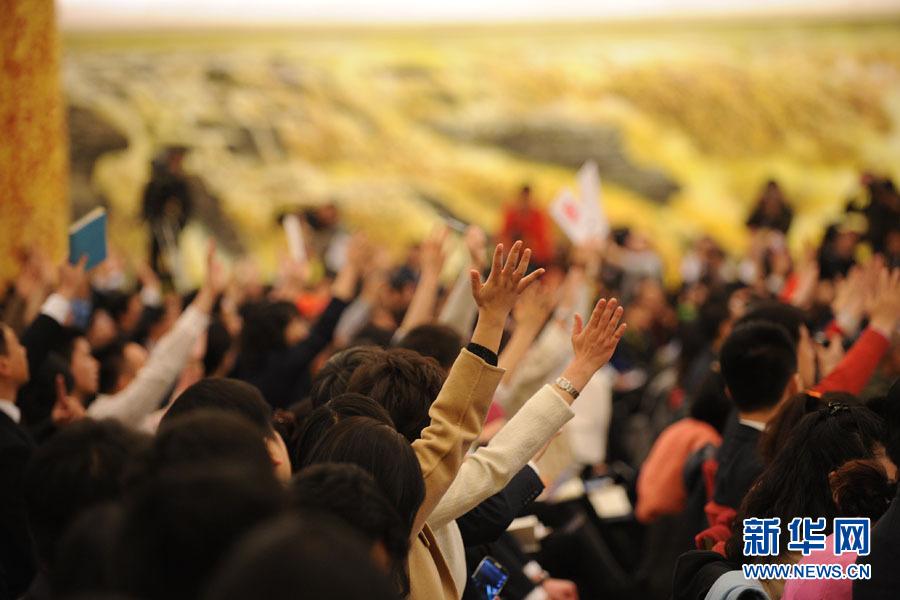 国务院总理李克强答中外记者问:记者踊跃举手