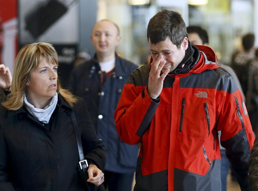 组图:德失事航班乘客亲属抵达巴塞罗那机场 难掩悲痛