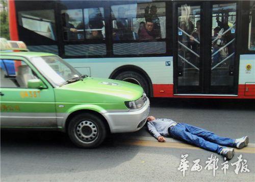 """男子成都街头""""自杀式碰瓷"""" 径直扑向大巴车轮"""