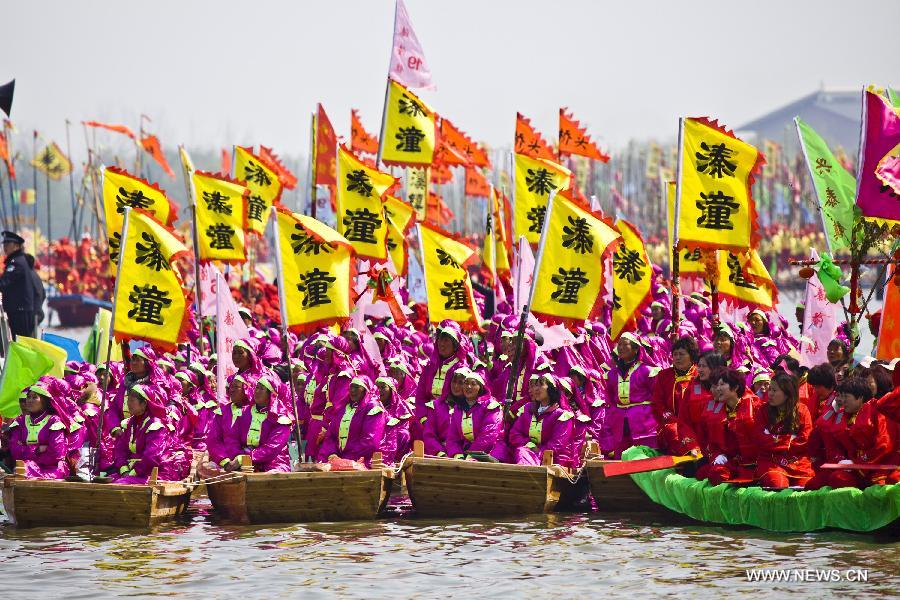 Boat teams are seen during Qintong Boat Festival in Taizhou, east China's Jiangsu Province, April 8, 2015. More than 500 boats took part in the festival, which is an event held at Qingming Festival since Southern Song Dynasty (1127-1279). (Xinhua/Li Yang)