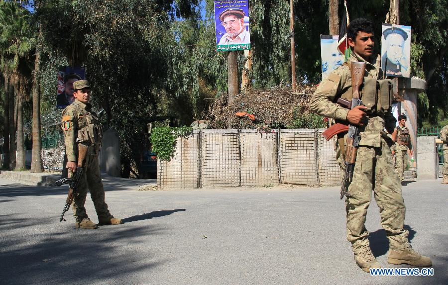 Soldiers inspect the site of gunfire in Jalalabad, capital of east Afghanistan's Nangahar Province, April 8, 2015.
