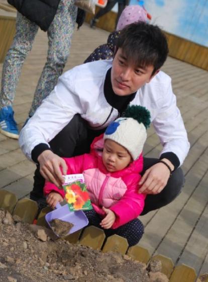 """贾乃亮""""两岁""""生日李小璐示爱:继续美好下去"""