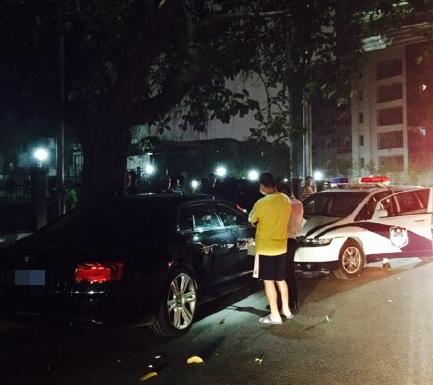 深圳警车撞路边停放宾利 驾驶员不知去向