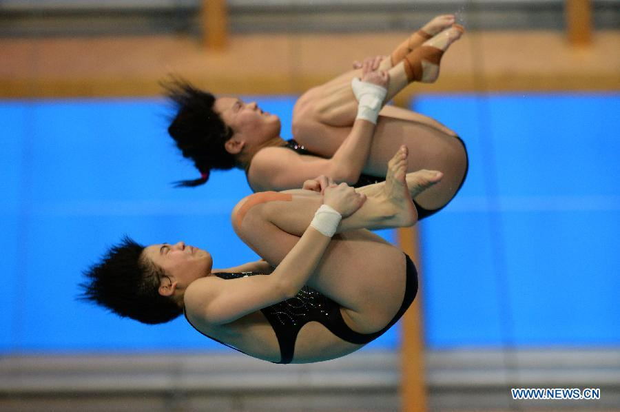 Chen Ruolin and Liu Huixia of China compete during the women's 10m synchro platform final at FINA Diving World Series in Kazan, Russia, April 24, 2015.