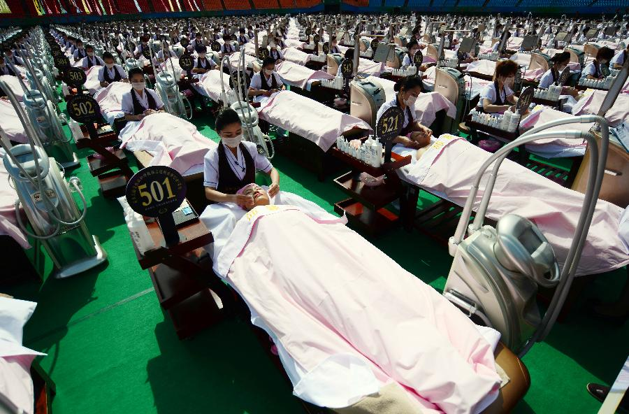 A total of 1,000 volunteers were given a 30-minute facial massage in Jinan on Monday, which was aimed at creating a world record.