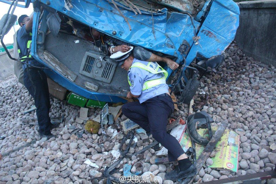 交警为减轻车祸伤员痛苦 托举其3小时