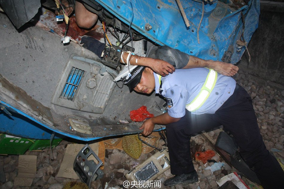 交警为减轻车祸伤员痛苦 托举其3小时【2】