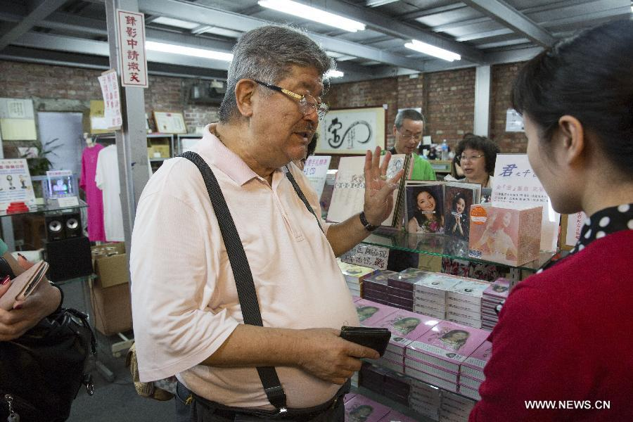 Teng Chang-ang (L), eldest brother of Teresa Teng and founder of the Teresa Teng Museum, speaks to a reporter at the museum in Kaohsiung, southeast China's Taiwan, May 5, 2015. Superstar Teng had enjoyed popularity in east Asia for more than three decades. After selling millions of records, the pop singer retired in France in the early 1990s and died in 1995.