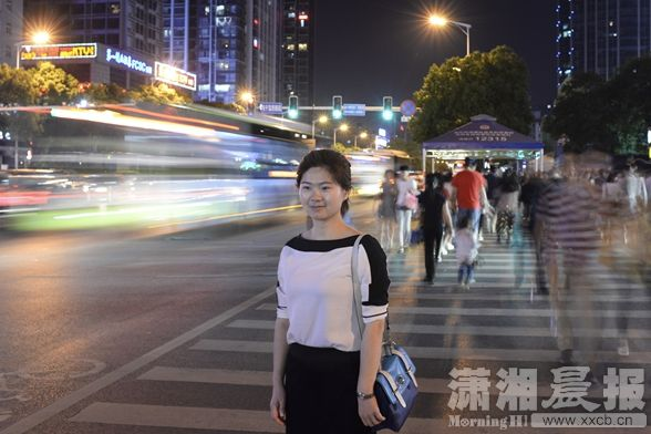 5月12日,长沙市韶山南路,湖北秭归县人社局副局长黄艳。工作5年后,她目前打算辞职去找工作。图/潇湘晨报记者辜鹏博