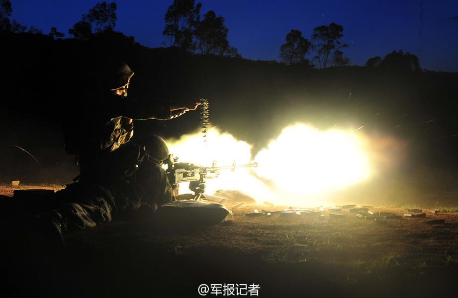 实拍解放军陆军夜间实弹射击【4】
