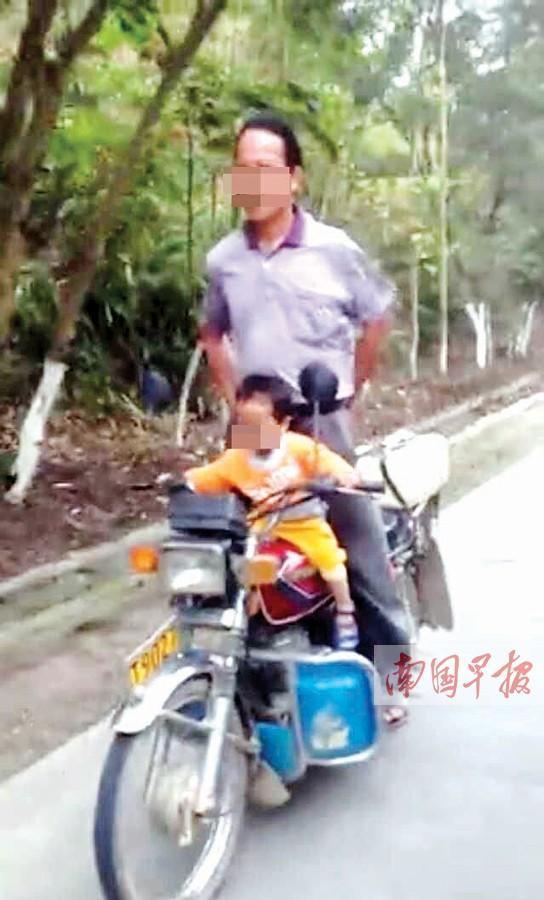 两岁女童开摩托车视频爆红 实为爷爷掌控(图)