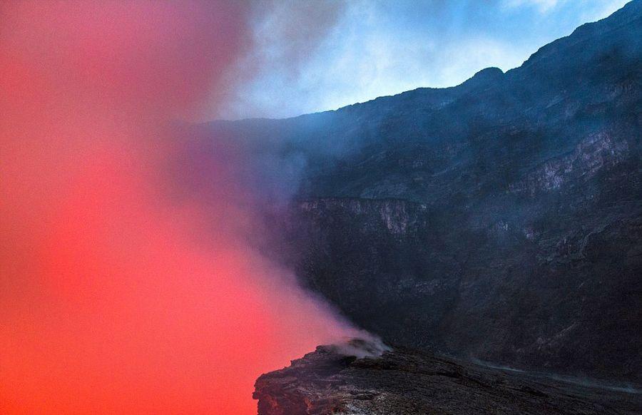 意大利学者火山口实拍岩浆翻滚壮景【9】