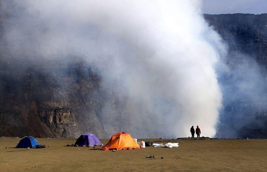 意大利学者火山口实拍岩浆翻滚壮景【7】