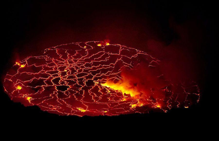意大利学者火山口实拍岩浆翻滚壮景【2】