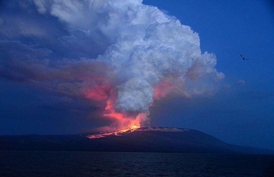 意大利学者火山口实拍岩浆翻滚壮景【6】