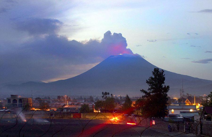 意大利学者火山口实拍岩浆翻滚壮景【5】