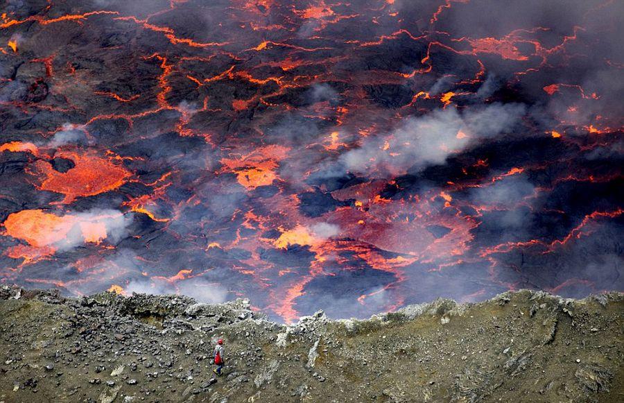 意大利学者火山口实拍岩浆翻滚壮景【4】