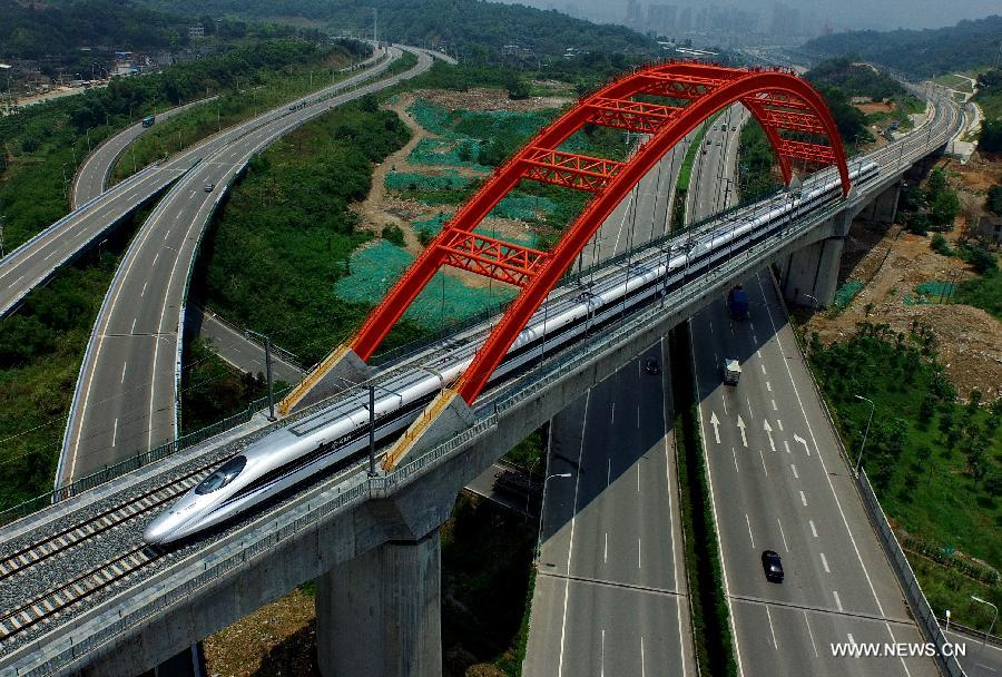 The 852-kilometer-long railway line connecting Hefei and Fuzhou was put into a trial operation on Monday.