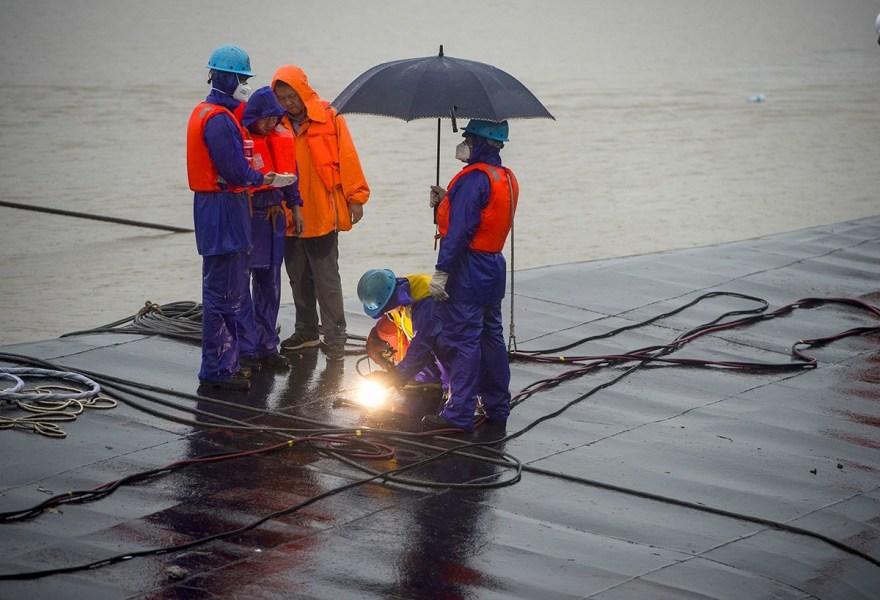救援人员船底切割第三个孔进行生命探测