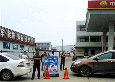 6月4日,多位加油站老板一起商量解决办法。