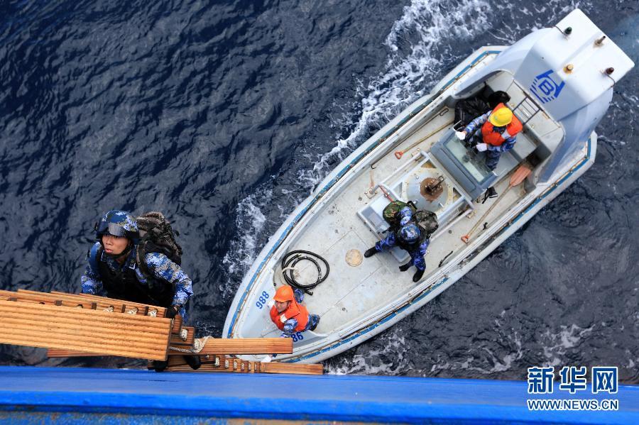 (国际)(1)中国海军第二十批护航编队首派特战队员执行随船护卫任务