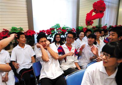 """昨日,宏志中学的142名高考学生玩""""击鼓传花""""游戏。考前,该学校为学生开""""大趴""""解压,希望学生们能轻松备考。新京报记者"""