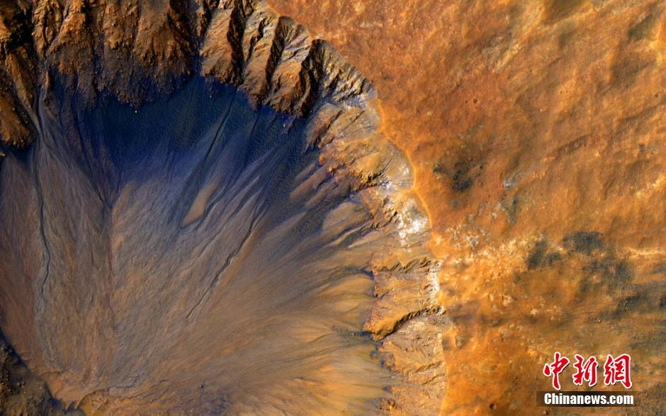 A photo recently released by the U. S. space agency NASA shows a new meteor crater on Mars.
