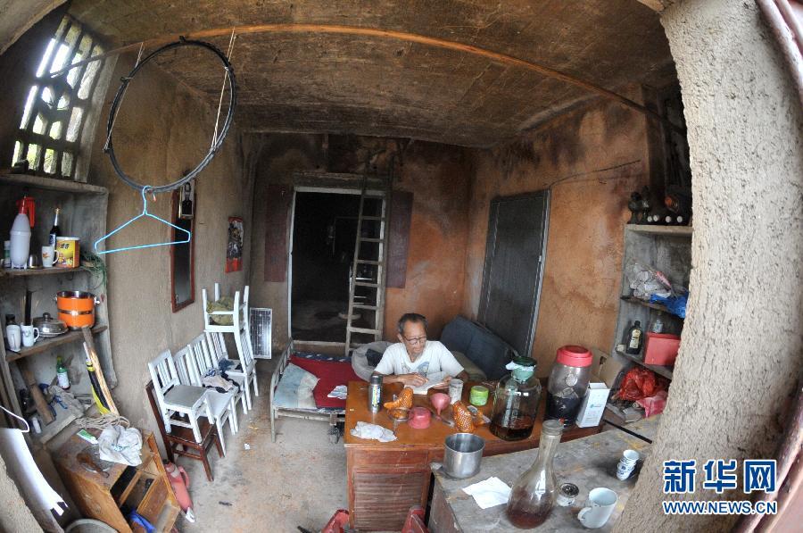 (晚报)(1)湖南老人山顶凿洞独居11年